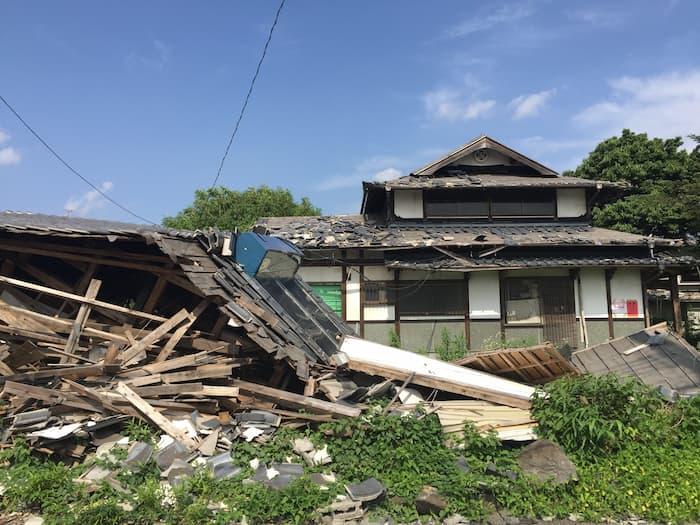自然災害によって倒壊した住宅